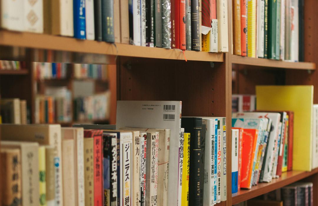 図書館の本棚にはよつばと14巻はありません