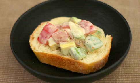 アボカドとトマトのっけパン
